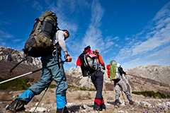 bergbeklimmende alpinisten met backpacks